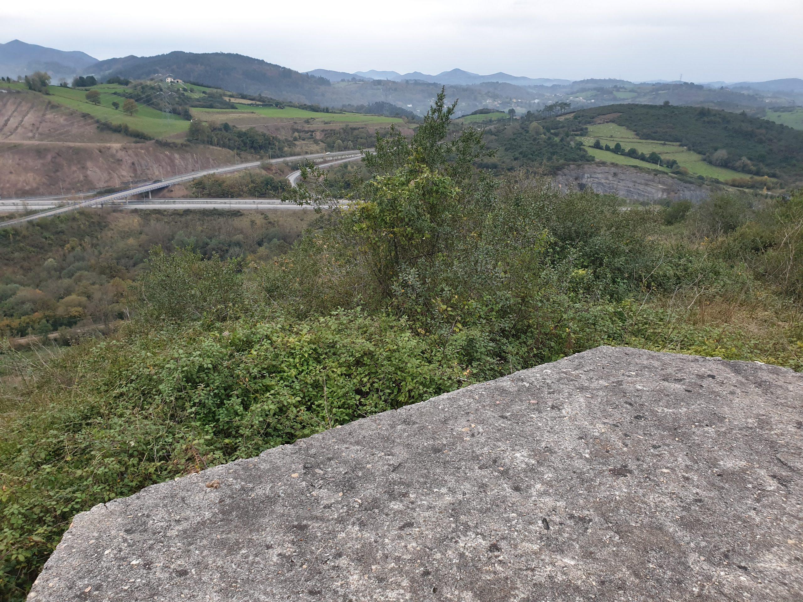 Enlace a Trubia de la A-63 visto desde encima del fortín de La Planadera