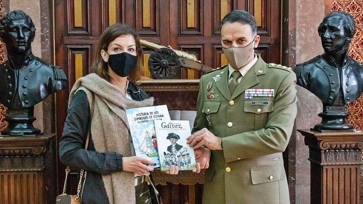 Delegación de Defensa dona dos obras a la red de bibliotecas | LNE